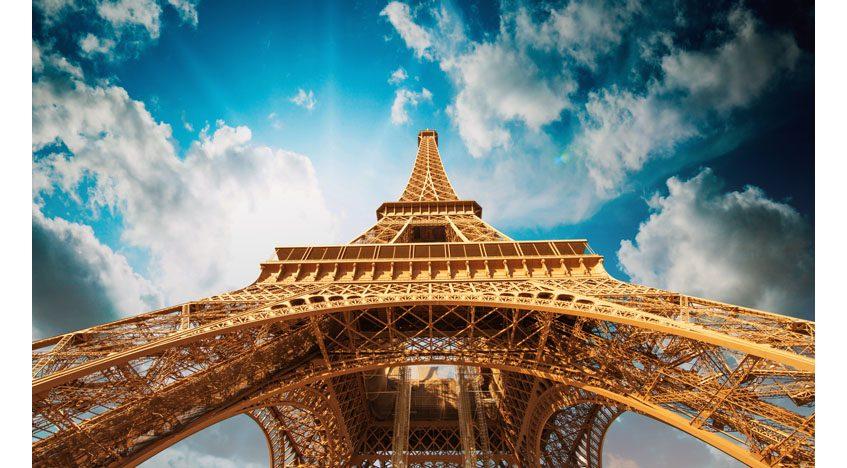 Фотообои Вид вверх на Эйфелеву башню. Париж