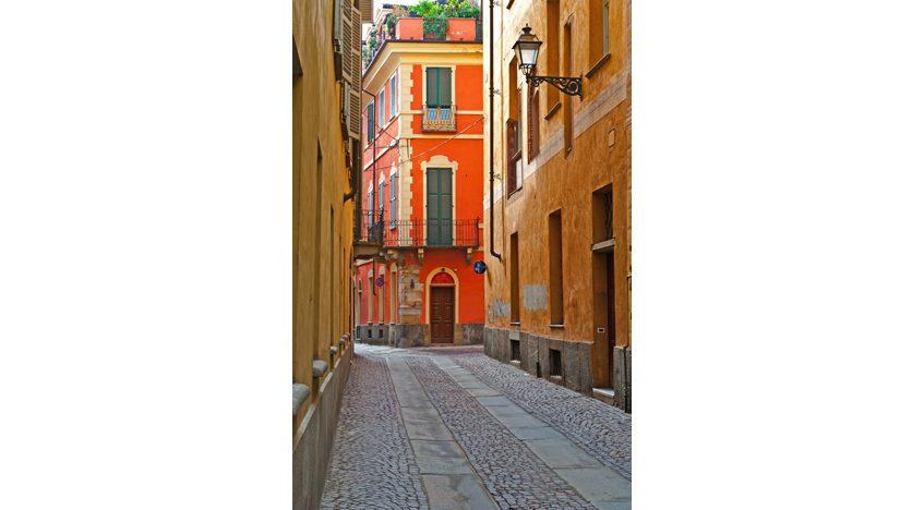 Фотообои Узкая аллея со старыми зданиями в итальянском городе Кунео