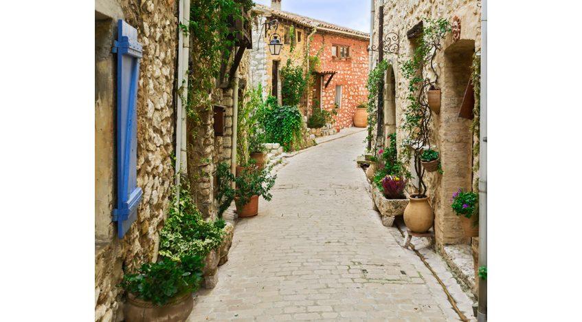 Фотообои Узкая улица в старом деревни Турет-сюр-Лу во Франции