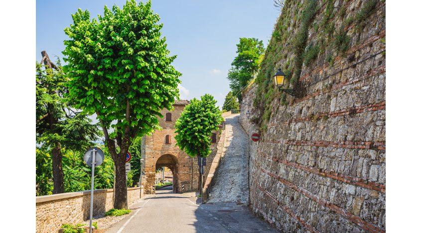 Фотообои Типичная итальянская улочка в маленьком провинциальном городке, Италия