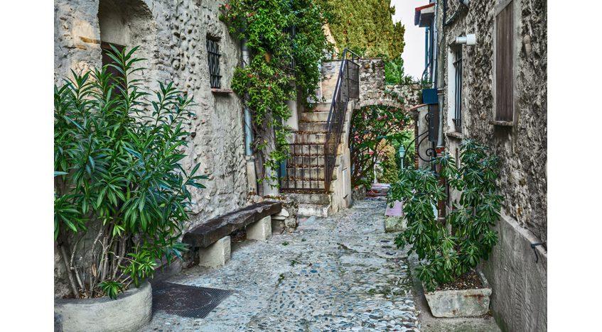 Фотообои Узкая мощеная улица во Франции