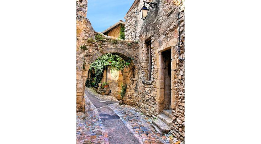 Фотообои Старая улица с аркой в Провансе. Франция