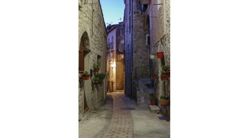 Фотообои Узкая улица с цветами в старинном городе, Франция
