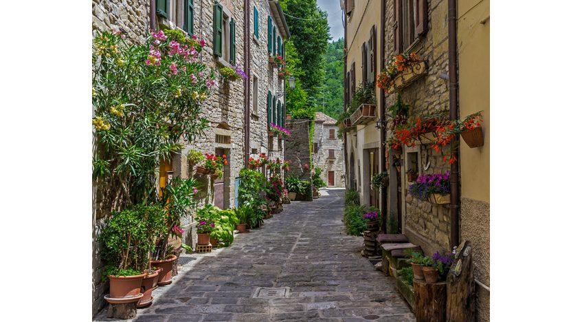 Фотообои Типичная итальянская улица в маленьком провинциальном городке Тосканы, Италия