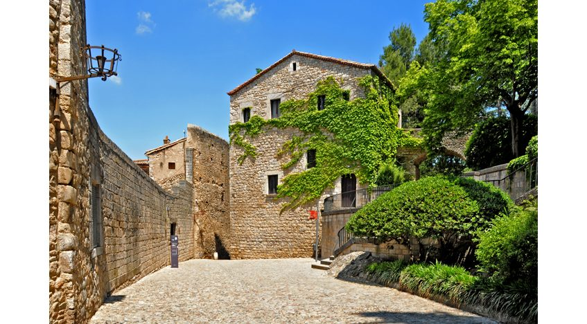 Фотообои Улица в старом квартале в Жироне. Испания