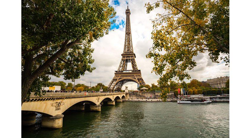 Фотообои Эйфелева башня со стороны реки Сена. Париж. Франция