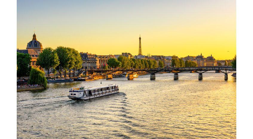 Фотообои Туристический корабль на реке Сена в Париже